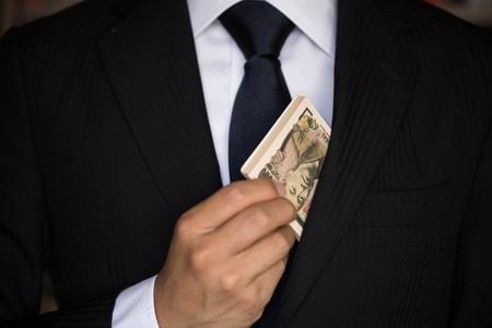 胸ポケットからお金を出す男性