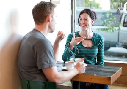 女性と楽しく話す男性