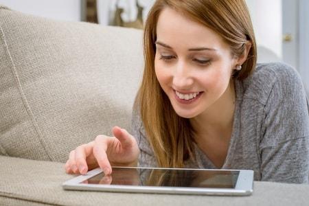 ハッピーメールを楽しむ女性