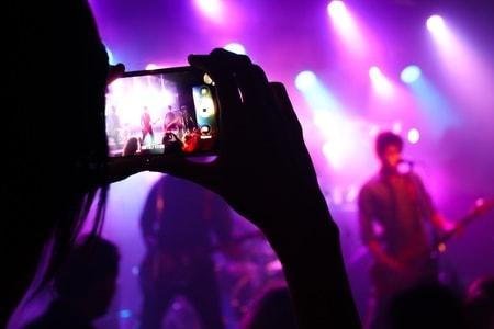 ロックバンドの熱狂的ファンの女の子