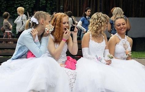ウェディングドレスを着た女性たち