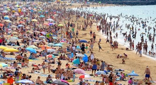 海水浴に集まる人々