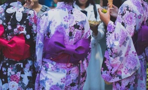 花火祭りに来た浴衣女性たち